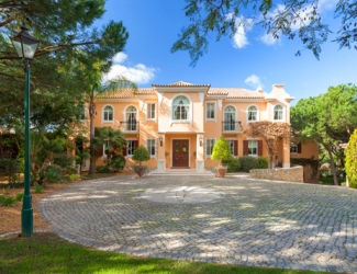 Spacious 6 Bed Villa with Pool